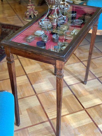 Table vitrine présentoir en bois mouluré...