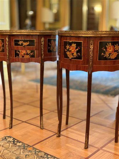 Paire de petites tables demi-lune en bois...