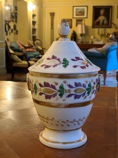 Pot couvert en porcelaine blanche à décor...