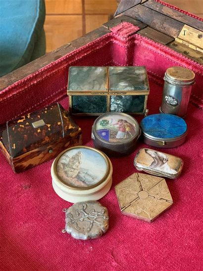 Lot de dix boîtes en métal, corne et pierre...