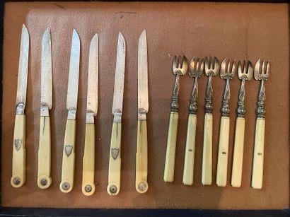 Lot de couverts comprenant :  - six couteaux...