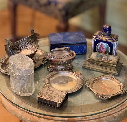 Lot d'objets divers en métal argenté, cristal,...