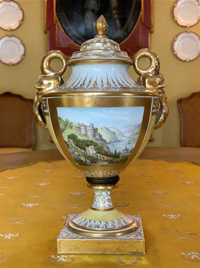 Vase en porcelaine blanche de forme balustre...