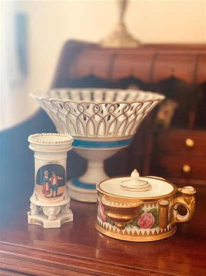 Lot comprenant : une coupe en porcelaine...