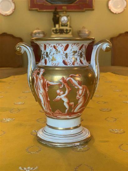 Vase balustre en porcelaine à décor d'une...