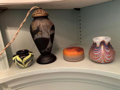Trois petits vases et une boîte ronde  Provenance...