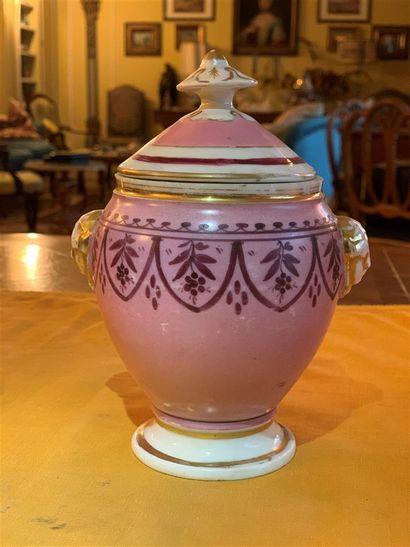Pot en porcelaine rose et dorée à décor de...