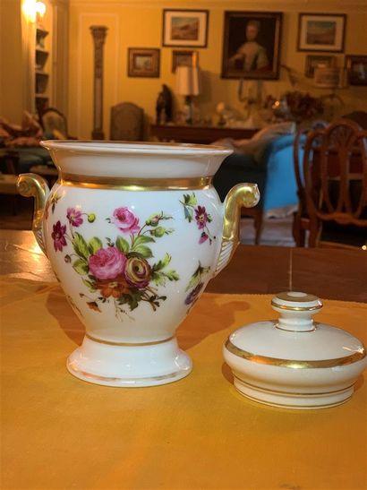 Pot en porcelaine blanche à décor de bandes...