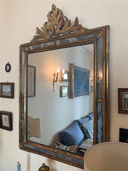 Miroir à pareclose en bois et stuc doré orné...