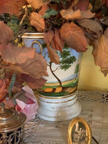 Pot à fleurs en porcelaine à décor polychrome...