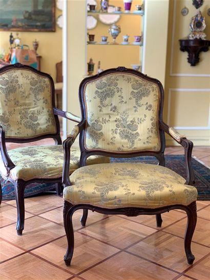 Paire de fauteuils en bois naturel sculpté...