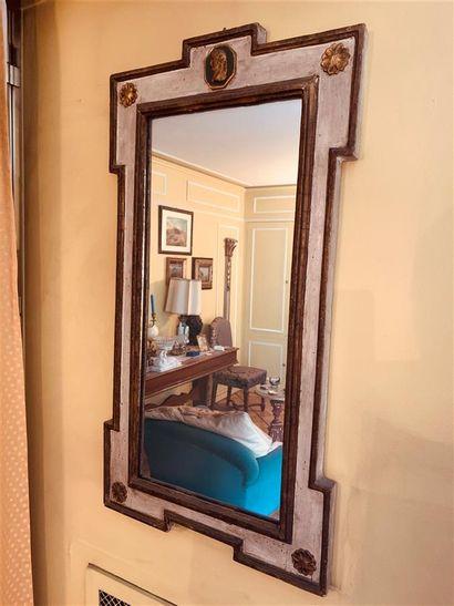 Paire de miroirs en bois sculpté, laqué et...