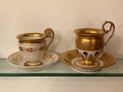 Deux tasses en porcelaine et deux sous-tasses...