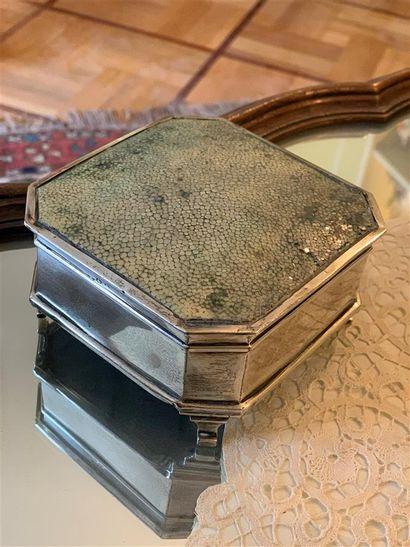 Boîte couverte en argent de forme octogonale,...