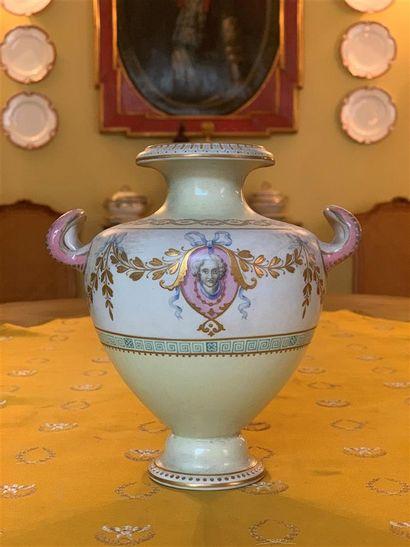 Vase urne en porcelaine polychrome, pastel...