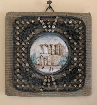 Plaque ronde émaillée représentant une mosquée...