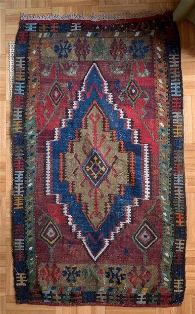 Petit tapis à motif d'un losange  96 x 56...