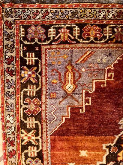 Petit tapis d'Orient à fond marron à décor...