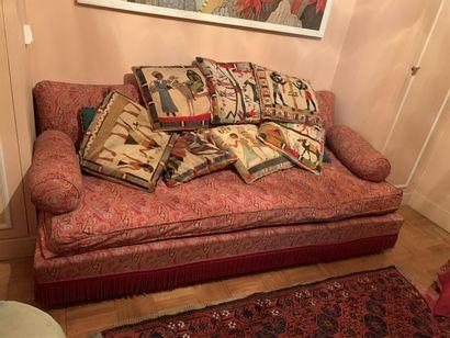Canapé trois places recouvert d'un tissu...