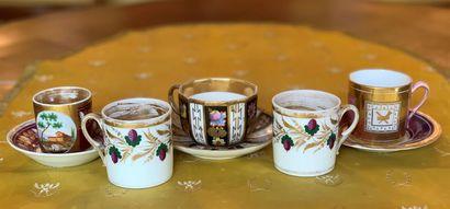 Cinq tasses en porcelaine diverses à décors...