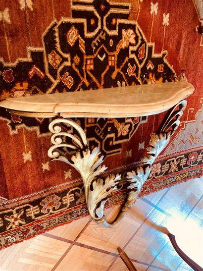 Console d'applique en bois doré à décor sculpté...