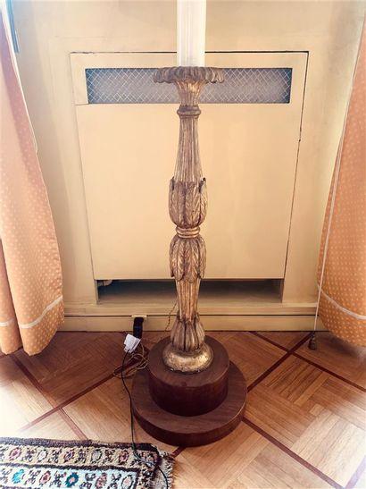 Paire de grands pieds de lampe en bois sculpté...