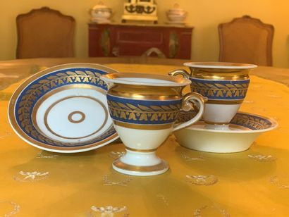Deux tasses et leur sous-tasse en porcelaine...