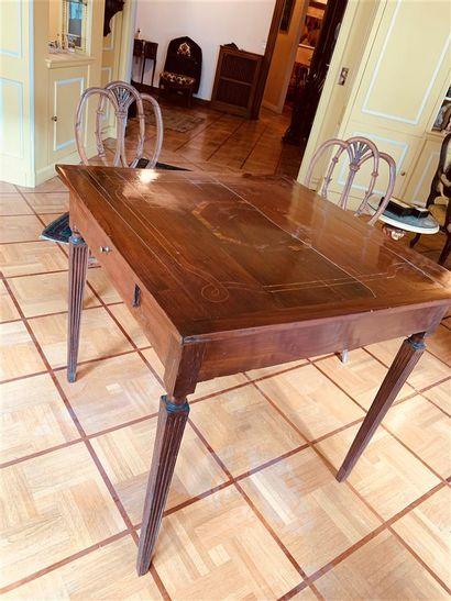 Table en placage d'acajou ouvrant à un tiroir...