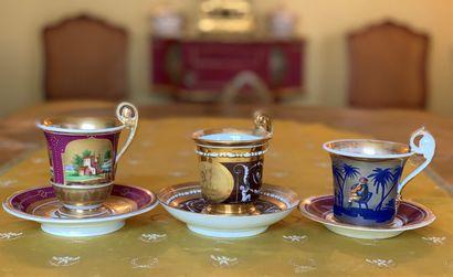 Trois tasses en porcelaine à décors polychromes...