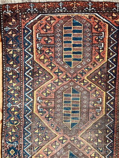 Petit tapis d'Orient à décor de trois motifs,...