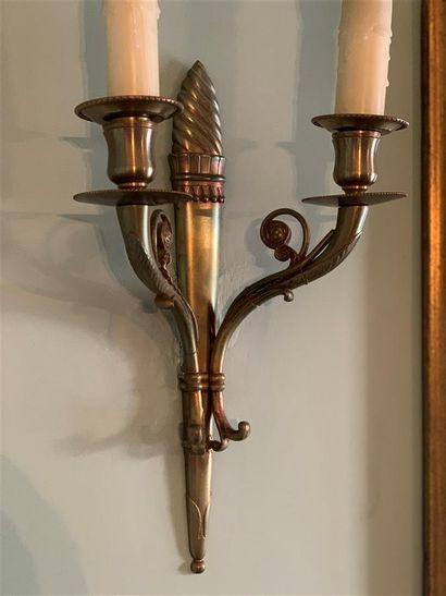Suite de quatre appliques en bronze à deux...