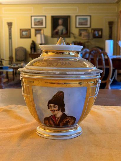 Pot couvert en porcelaine à fond doré à décor...
