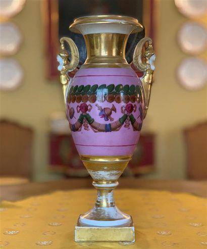 Vase de forme Médicis en porcelaine polychrome...