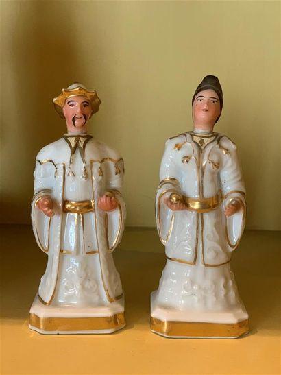 Paire de petites statuettes flacons en porcelaine...