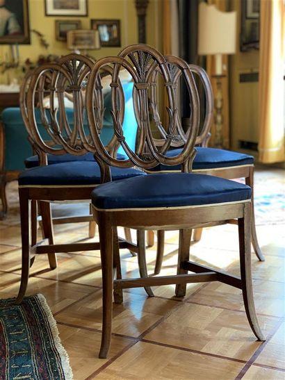 Suite de quatre chaises en bois naturel mouluré...