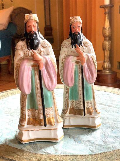 Deux flacons statuettes en porcelaine à décor...