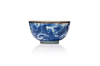VIETNAM, XVIIIe siècle Bol en porcelaine à décor 'Bleu de Hué'  Orné d'un dragon...