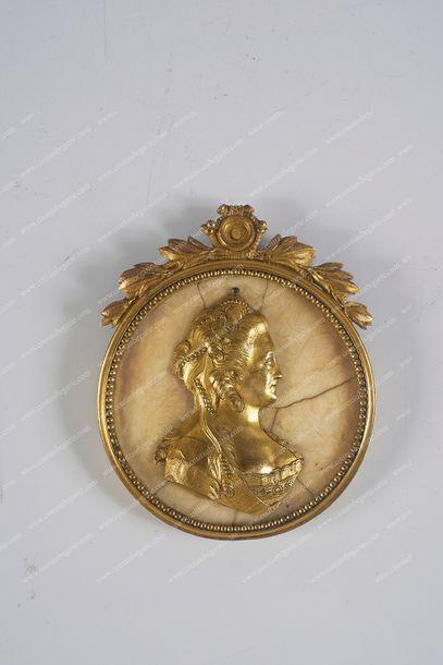 CATHERINE II, impératrice de Russie (1729-1796). Médaillon rond orné d'un profil...
