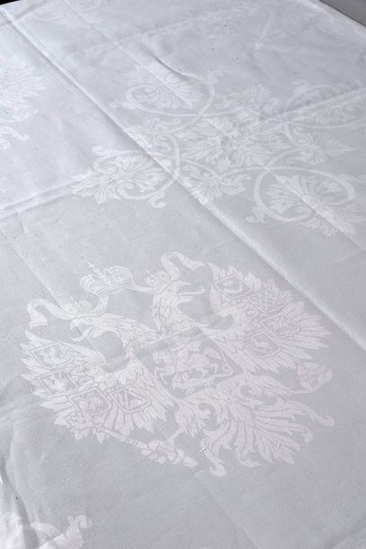 MAISON IMPÉRIALE DE RUSSIE. Grande nappe en damassé de lin, à décor d'arabesques...