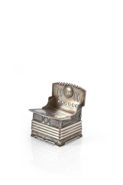 BOÎTE À SEL EN ARGENT. Par SAVINKOFF, Moscou, 1859. En forme de chaise, couvercle...