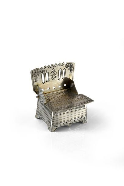 PETITE BOÎTE À SEL EN ARGENT. Par YEGAROFF, Moscou, 1880. En forme de chaise, couvercle...