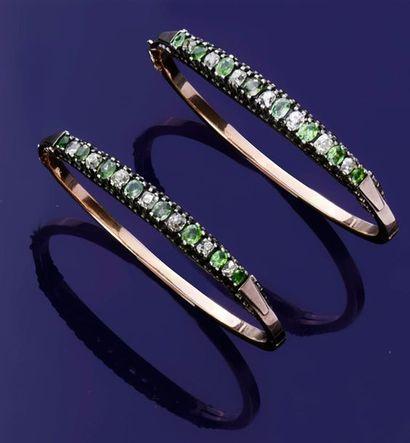 Paire de bracelets jonc en or 750‰ et argent...
