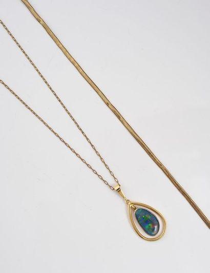 Pendentif en or 750‰ serti d'une opale ovale,...