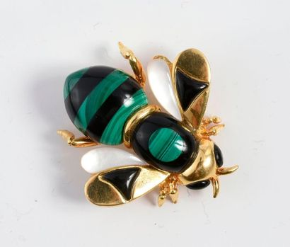 Broche abeille en or 750‰‰, ornée de nacre,...
