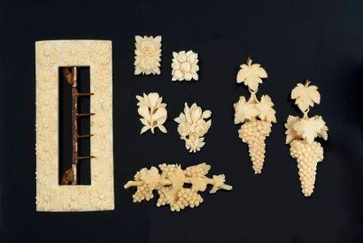 DIEPPE.  Parure en ivoire sculpté, composé:...