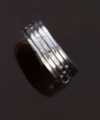 Bague en or gris 750‰ à anneaux mobiles,...