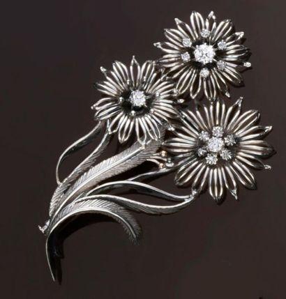 Broche en or gris 750‰ figurant un bouquet...
