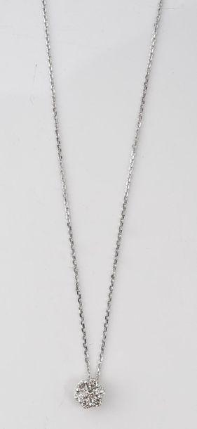 Collier en or gris 750‰, orné d'un pendentif...
