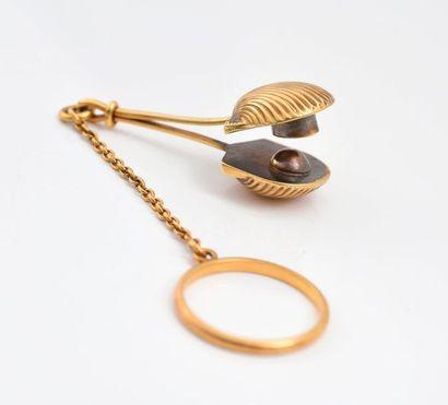 Porte mouchoir en or, constitué d'un anneau...