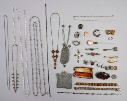 Lot de chaines en argent, broches, bracelet...